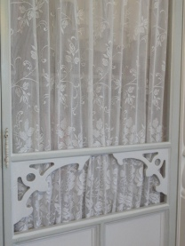 a better view of the lace drapes---