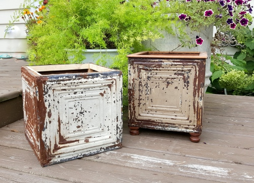 MY version of a chippy-rusty-crusty tin box!