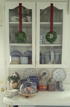 ...and little wreathes on the cabinet doors...